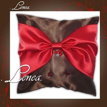 Svatební polštářek na prstýnky-Čokoládový s červenou mašlí
