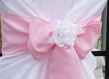 Bílá růže s peříčky -zapůjčení